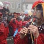 Musicien jouant dans les rues de Saint Didier en Velay